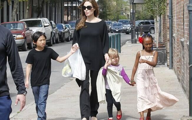 Angelina Jolie, Pax, Vivienne e Zahara vão às compras