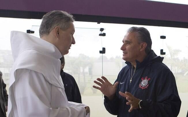 Tite conversa com o Padre Marcelo Rossi, que  foi ao CT após a conquista da Libertadores