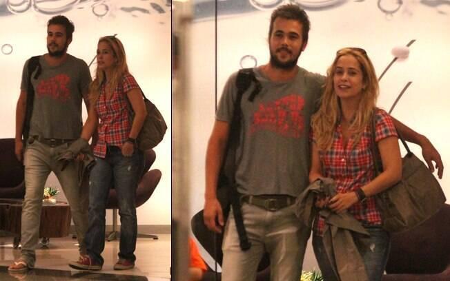 Paloma Duarte e Bruno Ferrari caminham abraçados por shopping no Rio nessa quinta-feira (26)