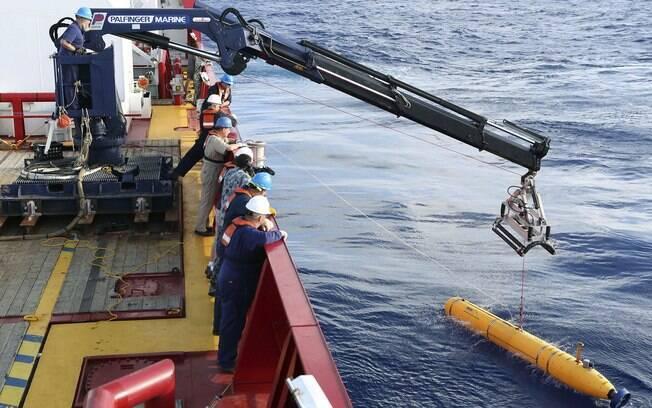 Veículo submarino autônomo é implantado no Índico para auxiliar nas buscas, em abril passado
