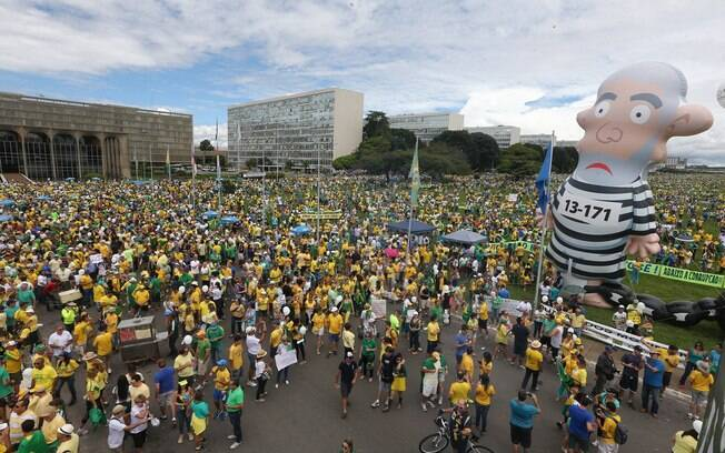 Em Brasília, manifestantes levaram o Pixuleco – boneco de Lula vestido de presidiário – para o protesto. Foto: Dida Sampaio/Estadão Conteúdo - 13.03.16