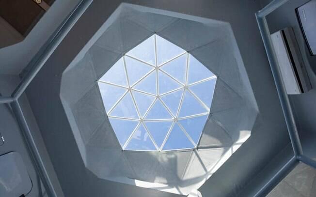 No topo da mini casa, há uma claraboia que proporciona bastante iluminação natural durante o dia