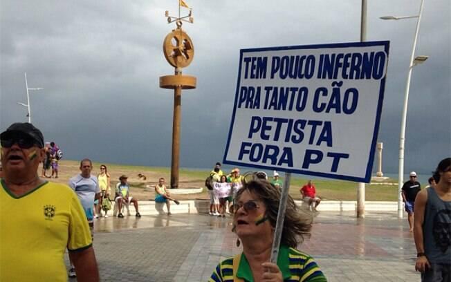 Na segunda manifestação em Salvador, na Bahia, é maior o número de pessoas com cartazes