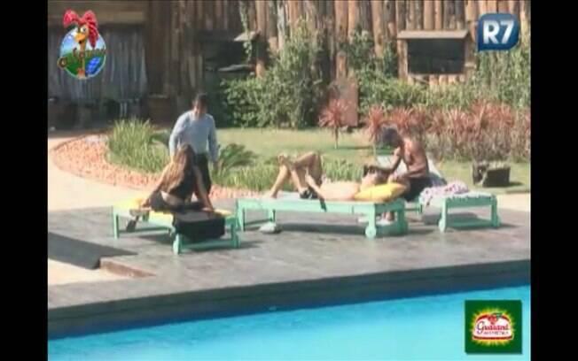 Raquel, Dinei, Thiago e João Kleber batem-papo à beira da piscina