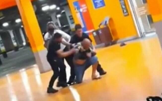 João Alberto foi morto por dois homens brancos no Carrefour
