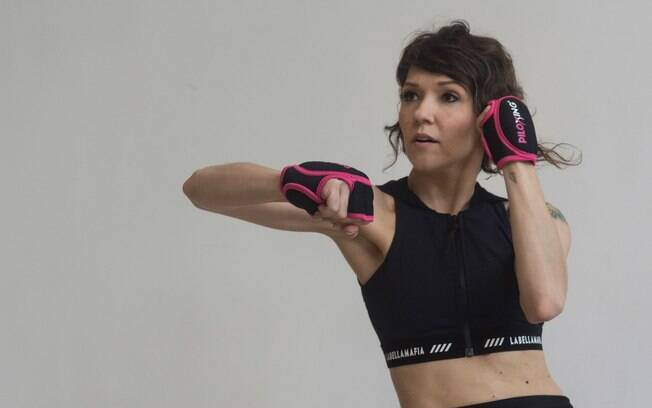 Thaís é professora de piloxing, modalidade que une balé, pilates e boxe