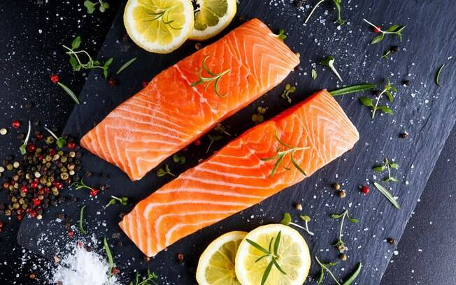 Salmão é um peixe clássico para a dieta e fica ótimo assado ou grelhado