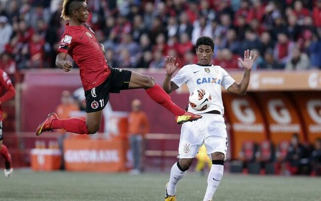 Martínez e Paulinho em lance do primeiro tempo entre Tijuana e Corinthians no Estádio Caliente
