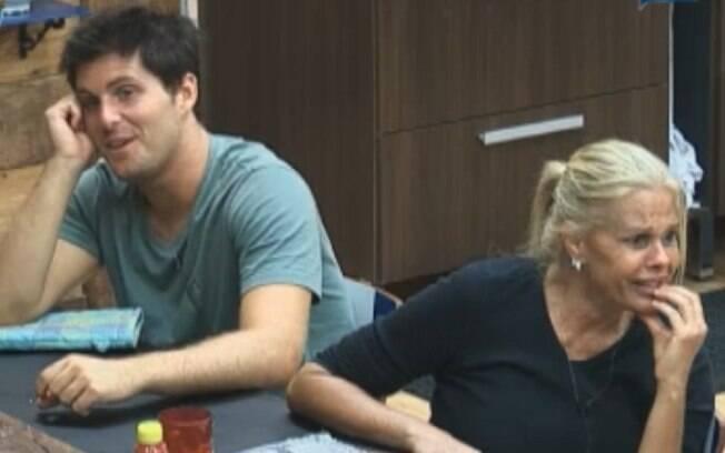 Thiago Gagliasso e Monique Evans sentaram lado a lado na mesa