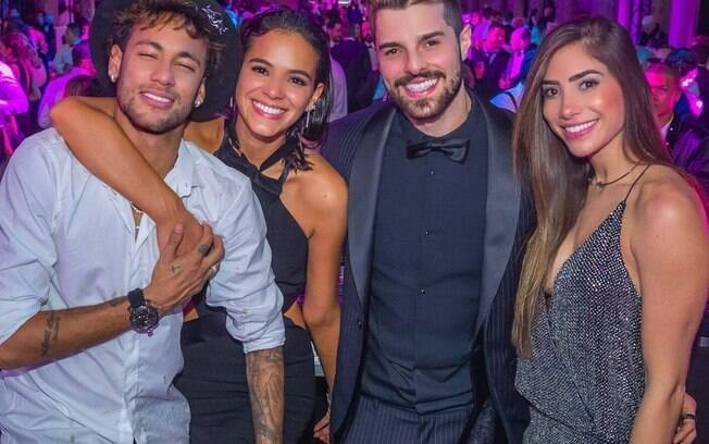 Neymar e Bruna Marquezine ao lado do DJ Alok e sua namorada Romana Novais