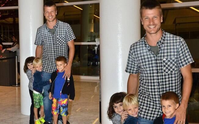 Rodrigo Hilbert levou os gêmeos Joaquim e Francisco e uma sobrinha