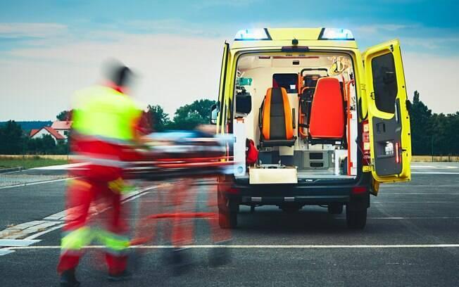Aos  primeiros sinais de AVC é preciso chamar uma ambulância ou levar a pessoa ao hospital o mais urgente possível