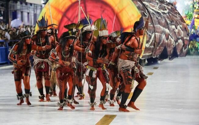 A comisssão de frente da Paraíso do Tuiuti apresentou índios e uma coreografia bastante dançante