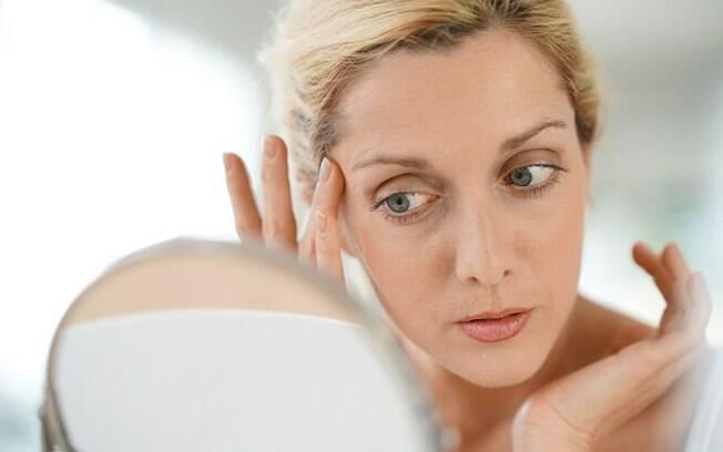Abusar da hidratação e usar dermocosméticos adequados ao seu tipo de pele são forma de evitar e amenizar as rugas do sono