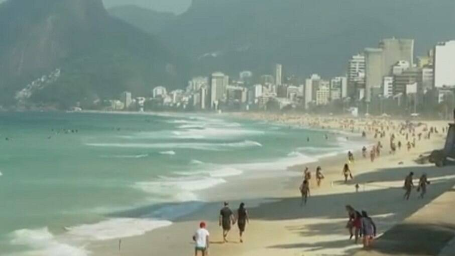 Banhistas não respeitam medidas da prefeitura e vão à praia no Rio