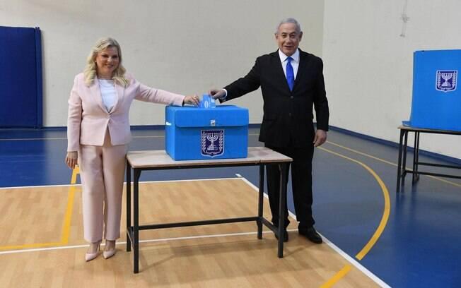 Benjamin Netanyahu votando em eleição de Israel