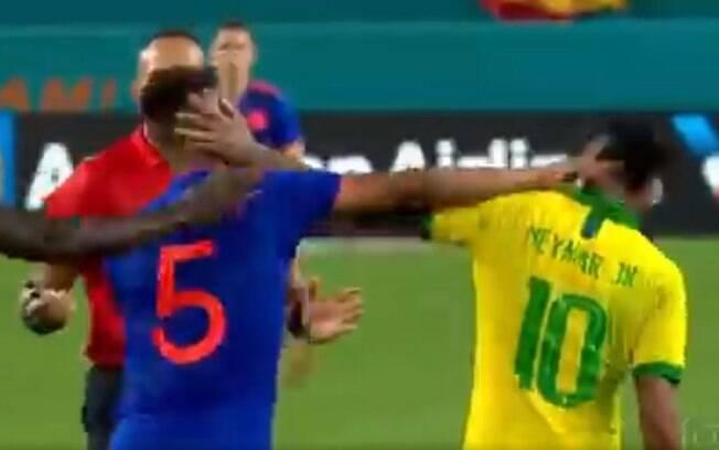 Neymar e Barrios trocaram sopapos em campo