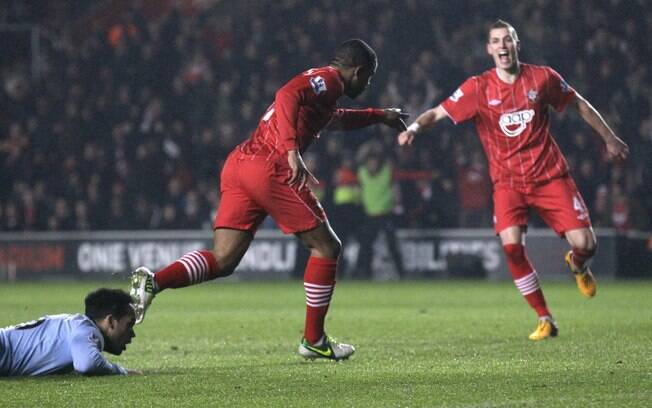 Puncheon comemora gol do Southampton sobre o  Manchester City