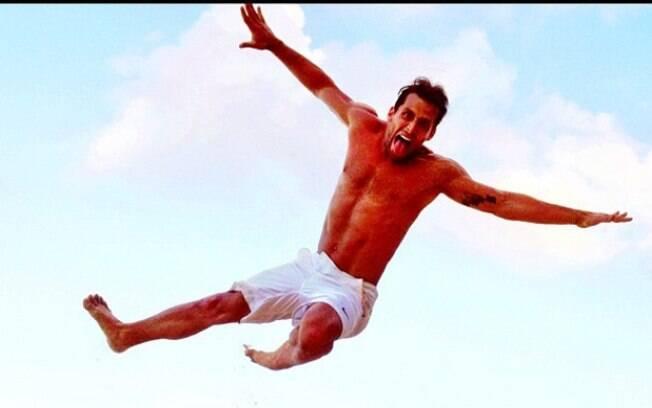 Henri Castelli exibe boa forma em praia em Natal