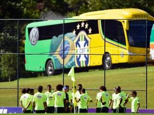 Ao fundo, ônibus da seleção brasileira que disputará a Copa do Mundo