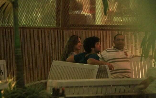 O casal janta em um restaurante na Barra da Tijuca nessa segunda-feira (02)