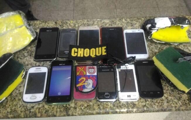 Aparelhos de celular apreendidos pelos PMs do 2º Batalhão de Choque