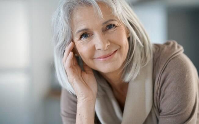 O shampoo roxo é uma boa escolha para os cabelos grisalhos, mas deve ser usado com cuidado