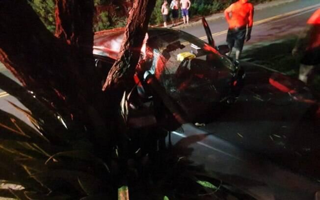 Carro bate em árvore e invade portão de casa em Valinhos