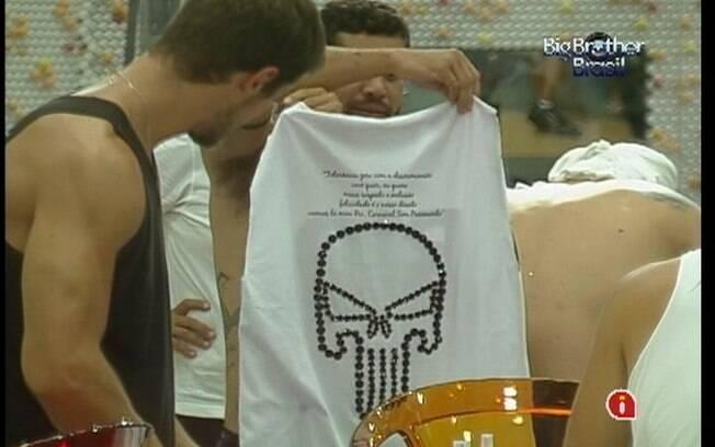 Yuri mostra a caveira de lantejoulas de sua camiseta