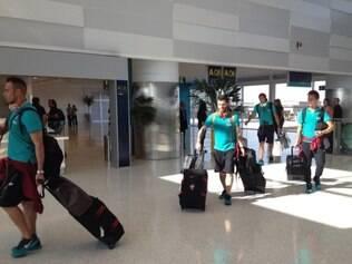 No Aeroporto de Campinas em São Paulo, atletas se dirigiam discretamente para o embarque