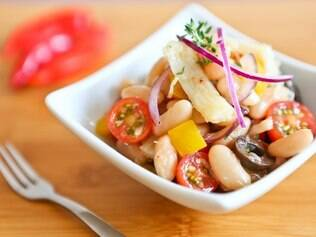 Salada de feijão com bacalhau têm ingredientes simples e fáceis de encontrar