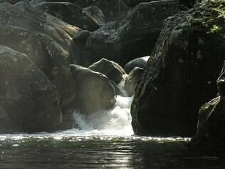 No Parque Nacional de Itatiaia, visitantes podem chegar ao topo do Pico Agulhas Negras e se refrescar em cachoeiras