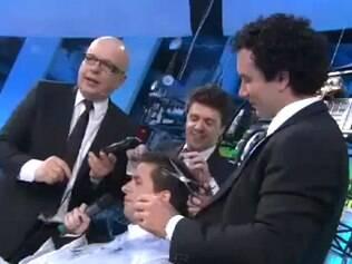 Marcelo Tas, Marco Luque e Oscar Filho raspam o cabelo do novo integrante do
