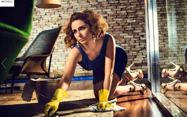 Toda produzida, Giovanna limpa o chão em ensaio fotografado para o site que lançou recentemente