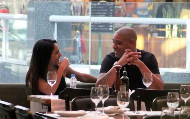 Atacante Adriano conversa com sua namorada em  restaurante no Shopping Rio Design, nesta  terça-feira