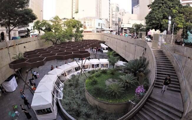 O pátio metrô São Bento abriga muitas feiras e mostras culturais como a especial para o Dia da Mulher