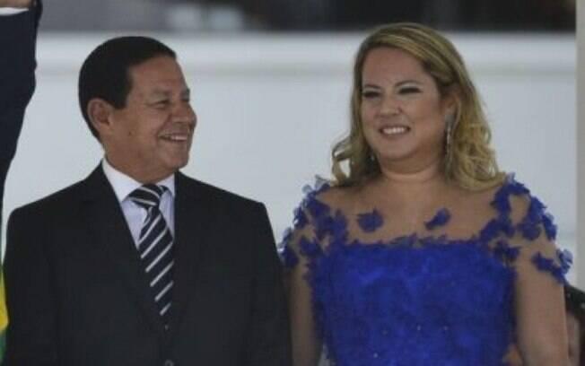 Mulher de Mourão, segundo dama foi confundida com professora universitária e teve currículo falso divulgado na internet