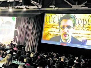 Vigilância.  Sistema de espionagem da NSA foi revelado por Edward Snowden (no telão)