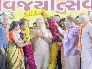 Comemoração. Narendra Modi recebe uma guirlanda floral de simpatizantes do Estado de Gujarat