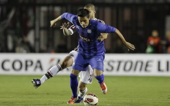 Marcos Mondaini é perseguido por Bruno em  ataque do Emelec