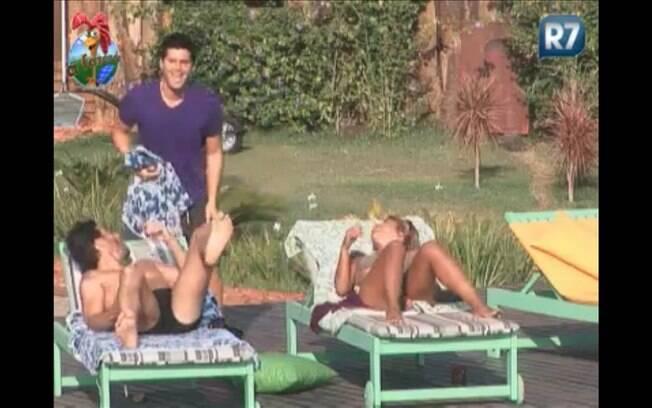 Marlon leva o maior susto e Thiago dá risada