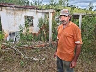 Adilson Lazzarone morador do povoado Vinhatico distrito de Tombos teve a casa queimada devido a curto circuito causado pelo trânsito de veículos pesados perto de sua propriedade. Foto: Mariela Guimarães
