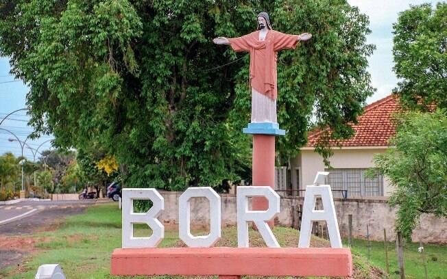 Letreiro na entrada da cidade de Borá, no interior de São Paulo
