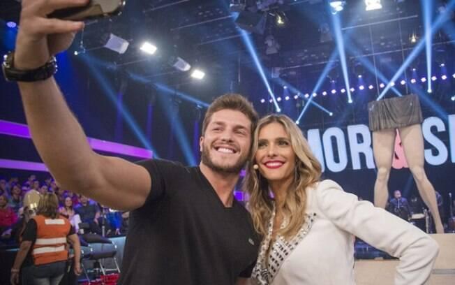 Klebber Toledo faz selfie com Fernanda Lima durante gravação do