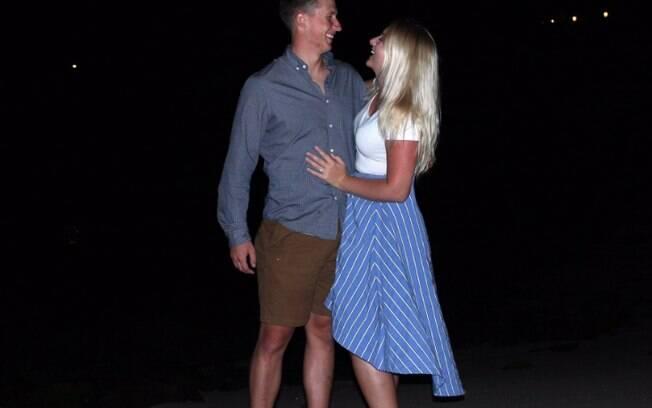 Madison e Charlie se tornaram um casal após o rapaz se oferecer via Twitter para acompanhá-la a um casamento