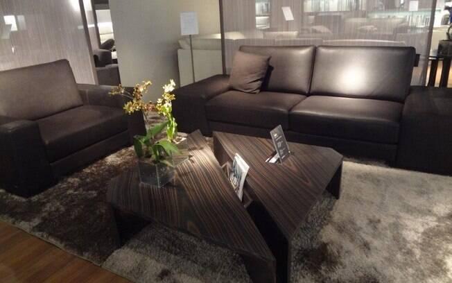 Escolher dois tamanhos de sofá também é boa saída para acomodar confortavelmente todos os habitantes da casa