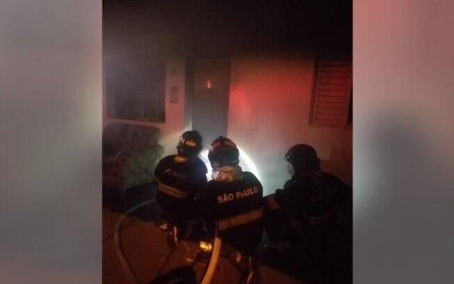 Incêndio começou na sala onde morador dormiu com cigarro aceso.