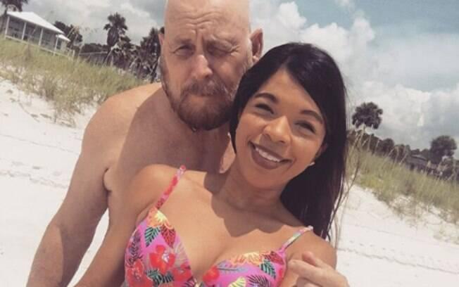 O casal se apaixonou enquanto trabalhava, há seis anos, e faz questão de mostrar para todos que não vive um amor falso