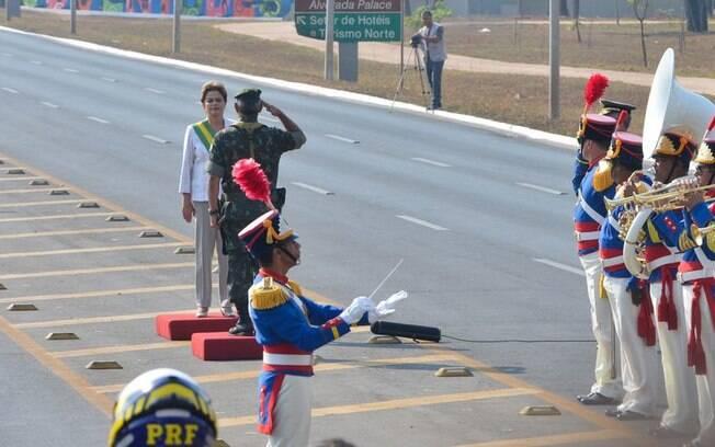 Militar faz continência a Dilma no início das comemorações do Sete de Setembro. Foto: Valter Campanato/Agência Brasil - 7.9.15