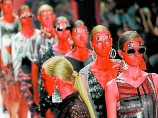 Corpos vermelhos e olhos duplicados na noite sonâmbula de Ronaldo Fraga